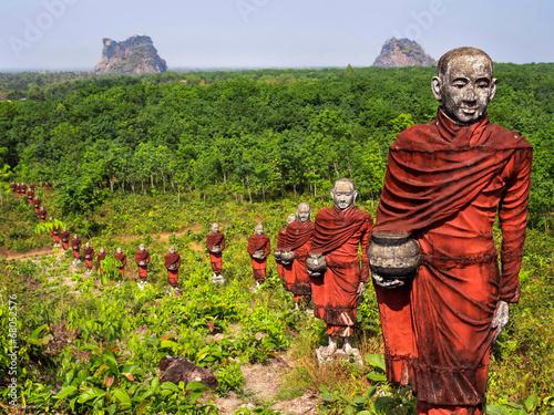 Fotografie, Obraz  Sochy buddhistických mnichů v lese, Mawlamyine, Myanmar