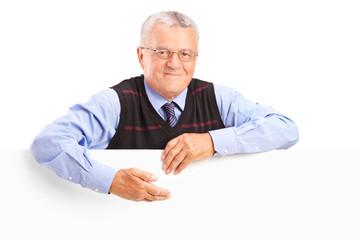 Starszy dżentelmen za białym billboardem