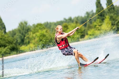 Fotografie, Obraz  Sportliche Frau auf Wasserskiern