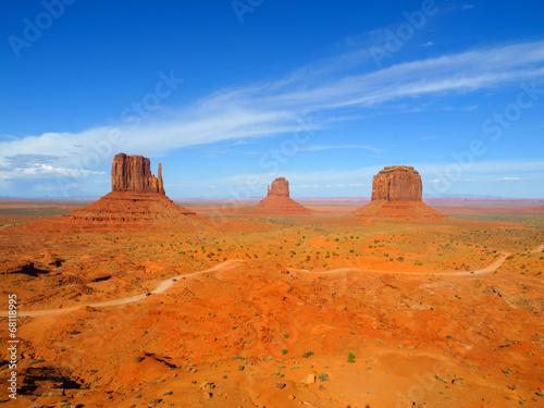 Deurstickers Oranje eclat Three Buttes of Monument Valley