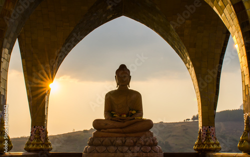 La pose en embrasure Buddha Buddha in sun set time