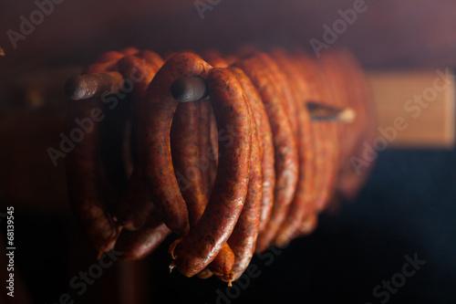 obraz dibond Tradycyjne potrawy. Wędzone w wędzarni. Sausuages