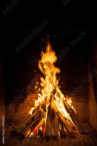 fototapeta na lodówkę spalanie drewna w otwartym kominkiem