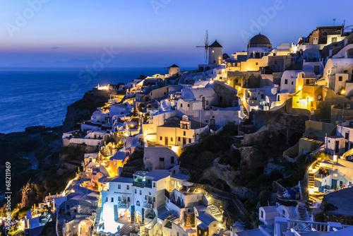 typowy-widok-domow-i-budynkow-we-wsi-oia-w-nocy