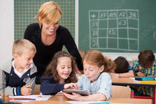 Fotografía  kinder benutzen tablet-pc im unterricht