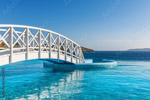 drewniana-kladka-nad-luksusowym-basenem