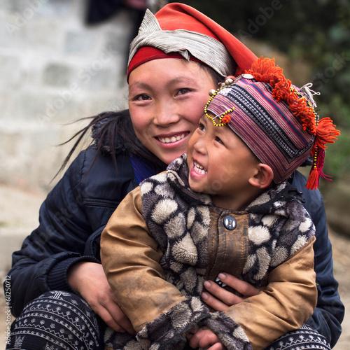 fototapeta na lodówkę Szczęśliwy Hmong kobieta i dziecko, Sapa, Wietnam