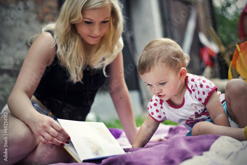 Fotografía  Mother with daughter reading a book