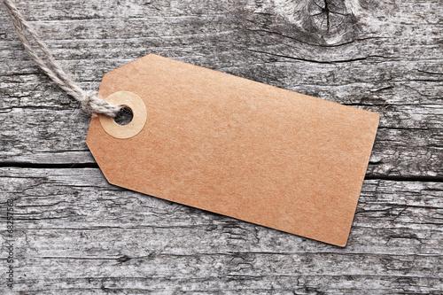 Fotografia  Label vor Holzhintergrund