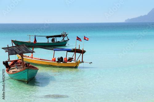 kambodzan-lodzie-z-flagami