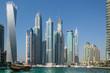 Dhau und Wolkenkratzer in der Marina von Dubai, VAE