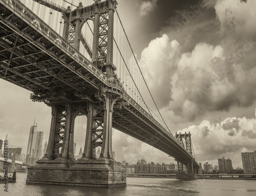 Poster Brooklyn Bridge Cloudy evening in New York with Manhattan Bridge side view and c