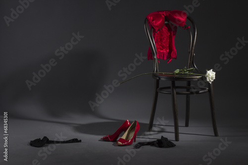 seksowna-bielizna-buty-i-biala-roza-na-retro-krzesle