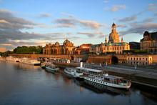Dresden Brühlsche Terrasse Mit Dampferanlegestelle Am Abend