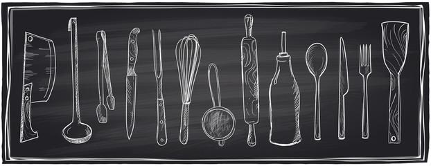 Ręcznie rysowane zestaw przyborów kuchennych na tablicy szkolnej.