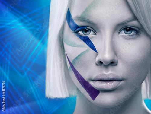 twarz-kobiety-z-futurystycznym-makijazem