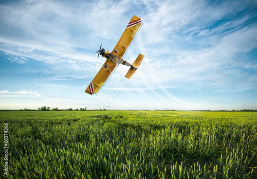 Valokuva plane sprayed crops in the field