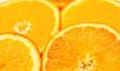 Rodajas de naranja sobre fondo blanco