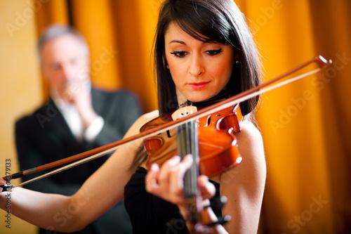 Fotografía Woman playing her violin
