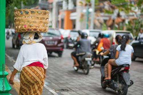 Fotografía  Balinese woman on a street of Ubud