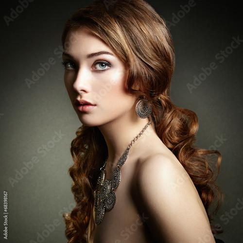 piekna-kobieta-z-dlugimi-kreconymi-wlosami-piekna-dziewczyna-z-eleganckim-h
