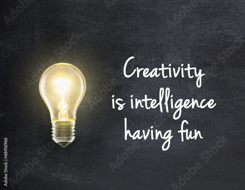 Photo  Light bulb lamp on blackboard background with creativity quote