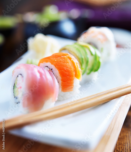 Photo  sushi rolls with salmon, tuna, avocado, and shrimp