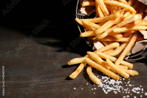 Photo Tasty french fries in metal basket