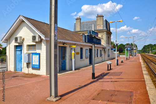 Fotografía  Méry-sur-Oise, estación de ferrocarril, trenes, Francia