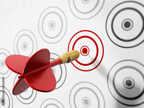 Fotografía  Red dart hitting target