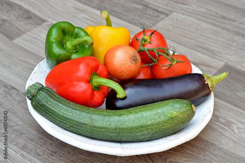 Aluminium Prints Grocery Verse groenten op een houten bord