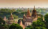 Świątynie Bagan przy wschodem słońca, Bagan, Myanmar - 68549113