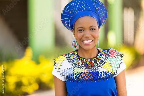fototapeta na lodówkę Afrykańska kobieta stoi na zewnątrz