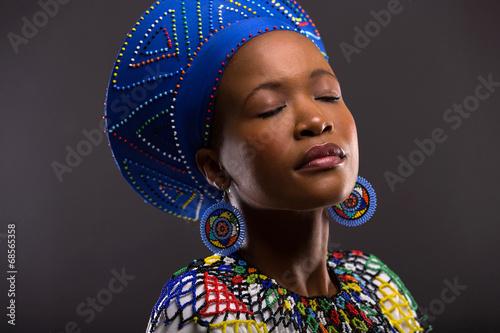 mata magnetyczna czarna kobieta w tradycyjne stroje z zamkniętymi oczami