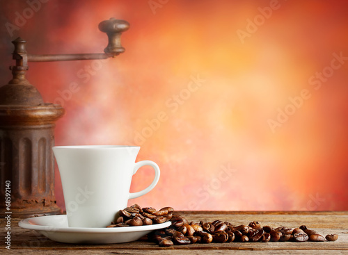 Foto op Plexiglas koffiebar White cup with coffee beans and grinder