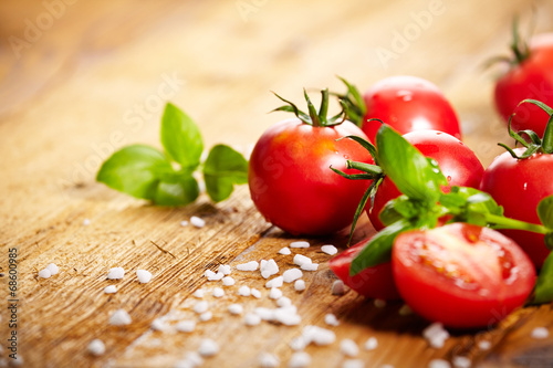 Fotografía  Tomatoes lying on old table. Diet food