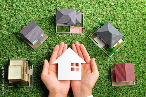 Fotografía  緑の芝生の上にたくさんの家が置いてあるビジネスシーン