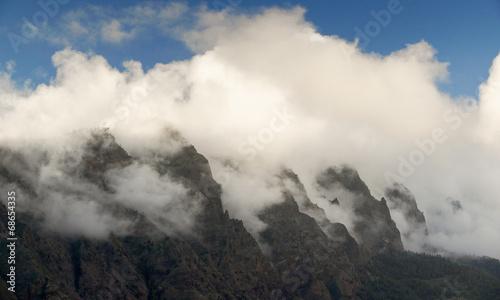 Door stickers Gray Nubes con montañas y cielo azul
