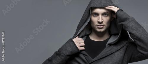 Fotografía  Handsome young man in a hood