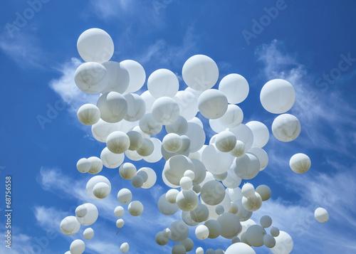 biale-balony-na-niebieskim-niebie