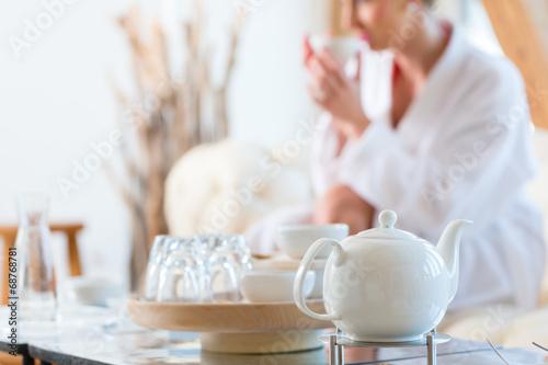 Fotografie, Obraz  Frau trinkt Tee im Wellness Spa