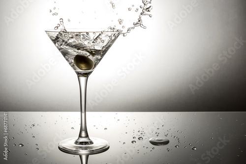 Fotografía  Olive splashing on martini