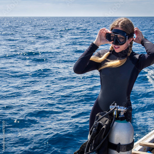 Fotobehang Duiken Beautiful Caucasian Woman Getting Ready for Scuba Diving