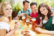 Gruppe von Leuten trinkt Bier im Biergarten