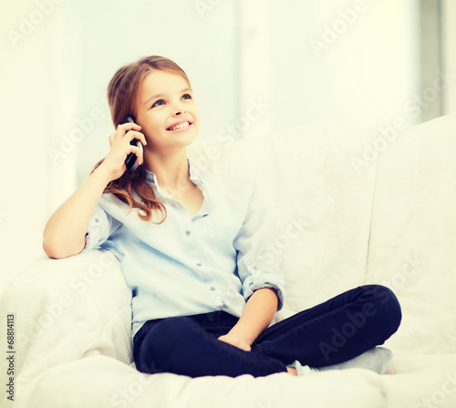 Photo  smiling girl with smartphone at home