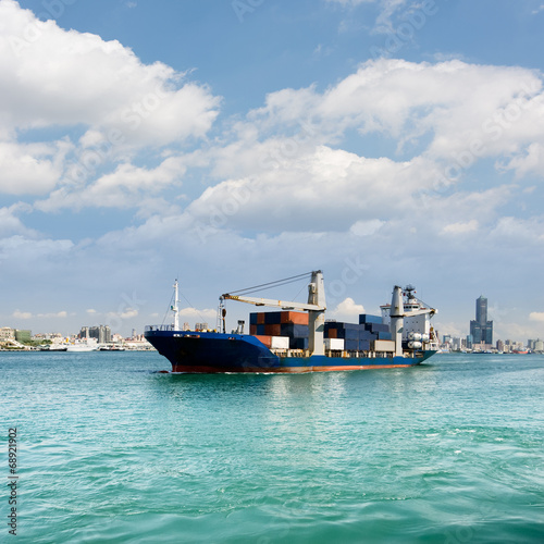 Poster Nautique motorise cityscape with freighter