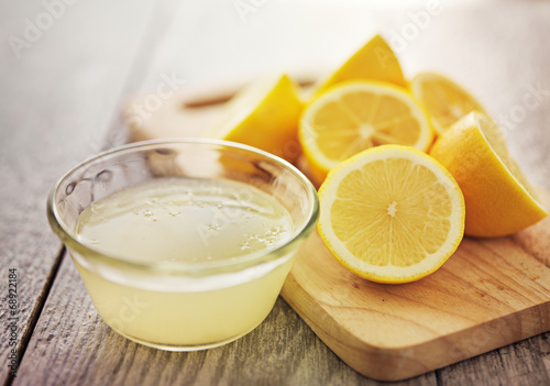 Crédence de cuisine en verre imprimé Jus, Sirop freshly squeezed lemon juice in small bowl