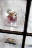Junge Frau, Blick durch das Fenster
