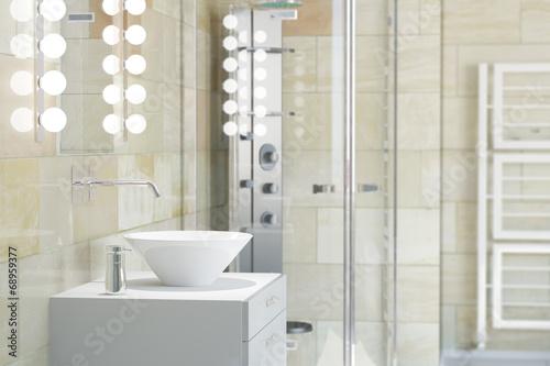 Fotografía  Waschbecken im Bad mit Fliesen aus Terrakotta