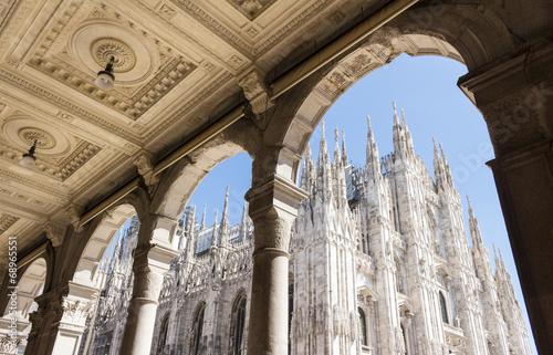 Fototapeta premium Duomo w Mediolanie, Włochy, katedra, patrząc z arkady